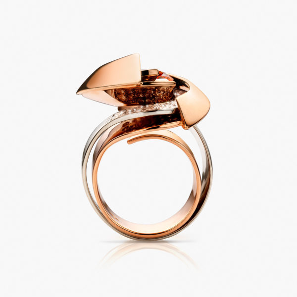 Ring in ((rose and white gold)) with 8.46 carats ((mandarin garnet)) and ((brilliant-cut diamonds))