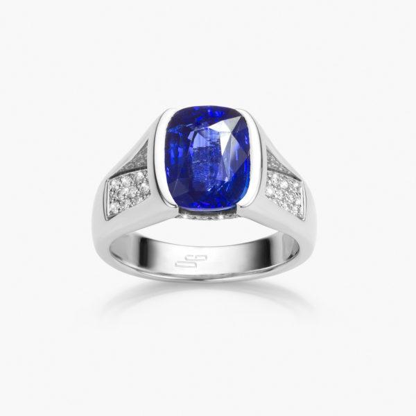 Bague en or blanc sertie d'un saphir bleu taille coussin et de diamants