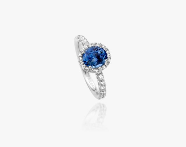White gold ring, set with a sapphire and framed by diamonds