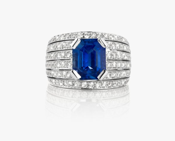 White gold ring, with an emerald-cut sapphire and set with diamonds