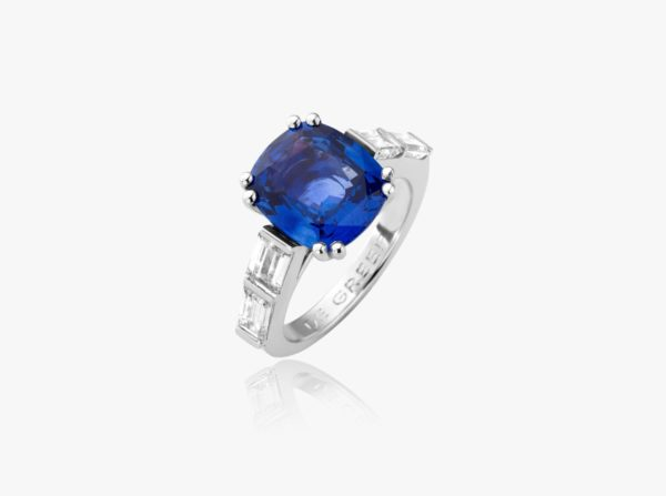 White gold ring, set with a cushion-cut sapphire and baguette-cut diamonds
