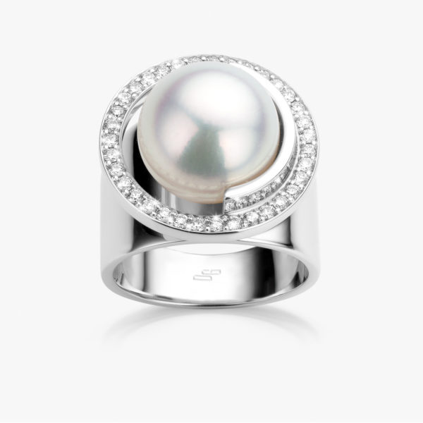 White gold ring set with ((South Sea)) pearl and brilliants