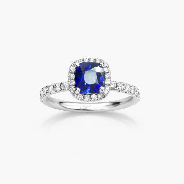 Witgouden ring gezet met een kussen geslepen blauwe saffier, omringd door briljanten