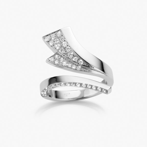 White gold ring set with brilliant cut diamonds