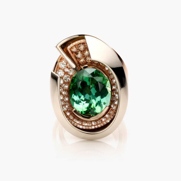 White and rose gold ring set with a green tourmaline of 11,01 ct and brown and white brilliants