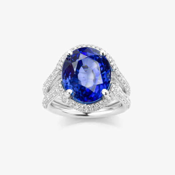 White gold ring ((Stella)) set with an oval shaped blue sapphire and brilliants